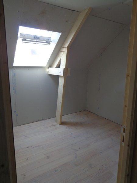 petite chambre parquet massif rénovée placo